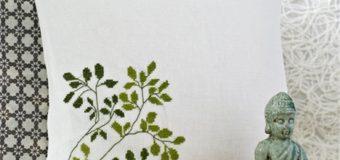 Vyšívaný polštář se zelenými větvičkami