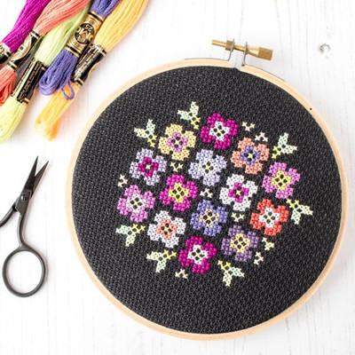 Barevné květy na černé aidě