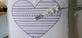 Polštář s modrou výšivkou srdce
