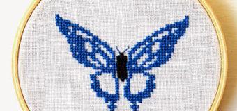Modrý motýlek vyšívaný křížkovým stehem