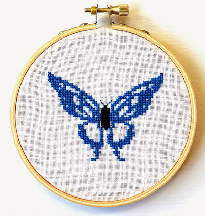 Modrý motýlek křížkovým stehem