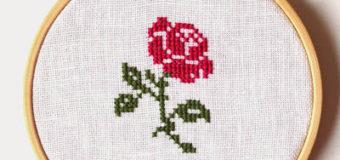 Malá růže – motiv na vyšívání křížkovým stehem